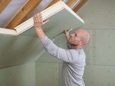 Hoe hellend dak of zolder isoleren langs binnen